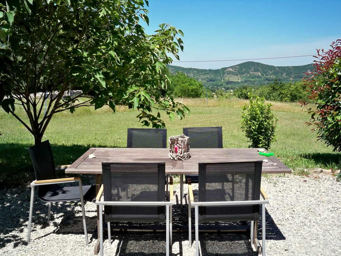 Terrasse avec vue sur les collines de Loriol